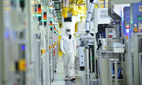 Production and clean-room facilities in Intel's plant in Hillsboro, Oregon.
